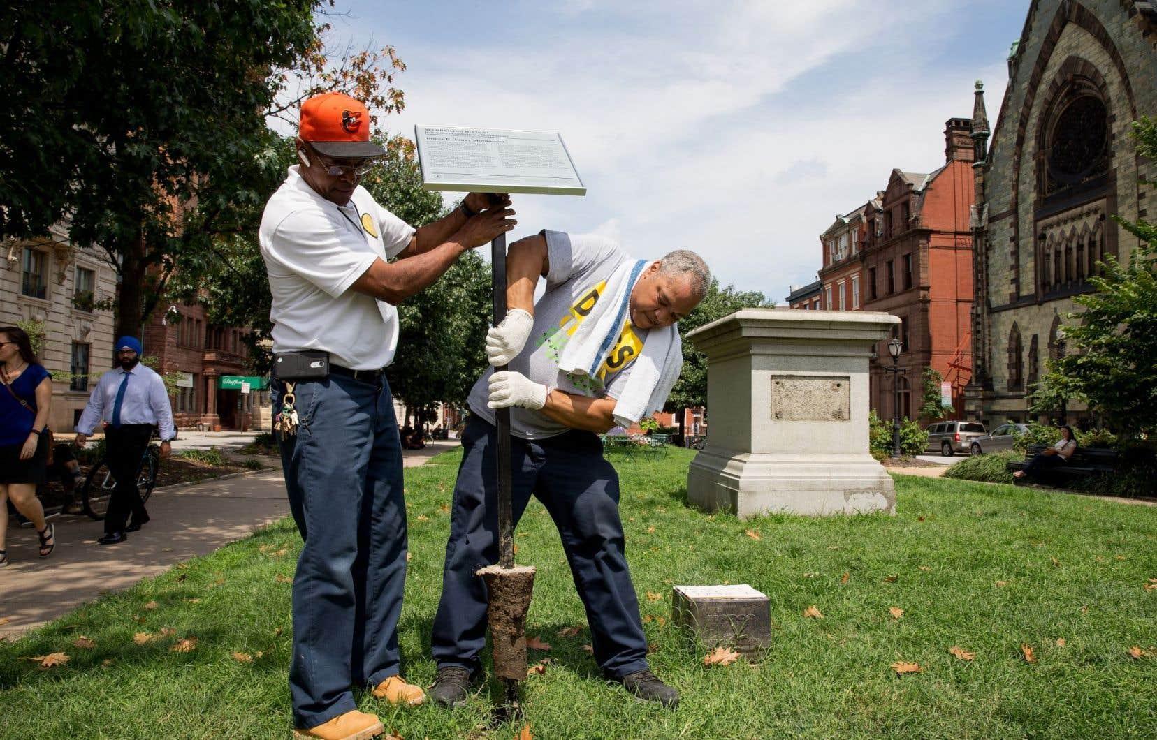 Des travailleurs municipaux ont procédé au retrait d'une plaque accompagnant le monument Roger B. Taney, lui aussi retiré, à Baltimore au Maryland.