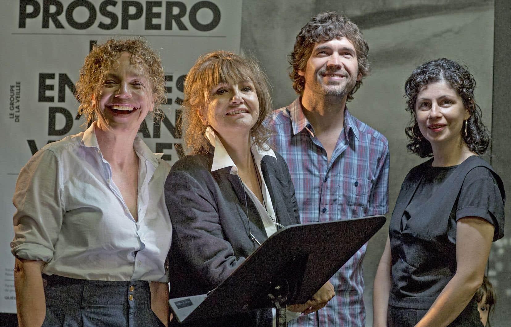 La directrice artistique et générale Carmen Jolin entourée par la comédienne Macha Limonchik, le comédien Maxime Denommée et la comédienne et metteure en scène Catherine Vidal.