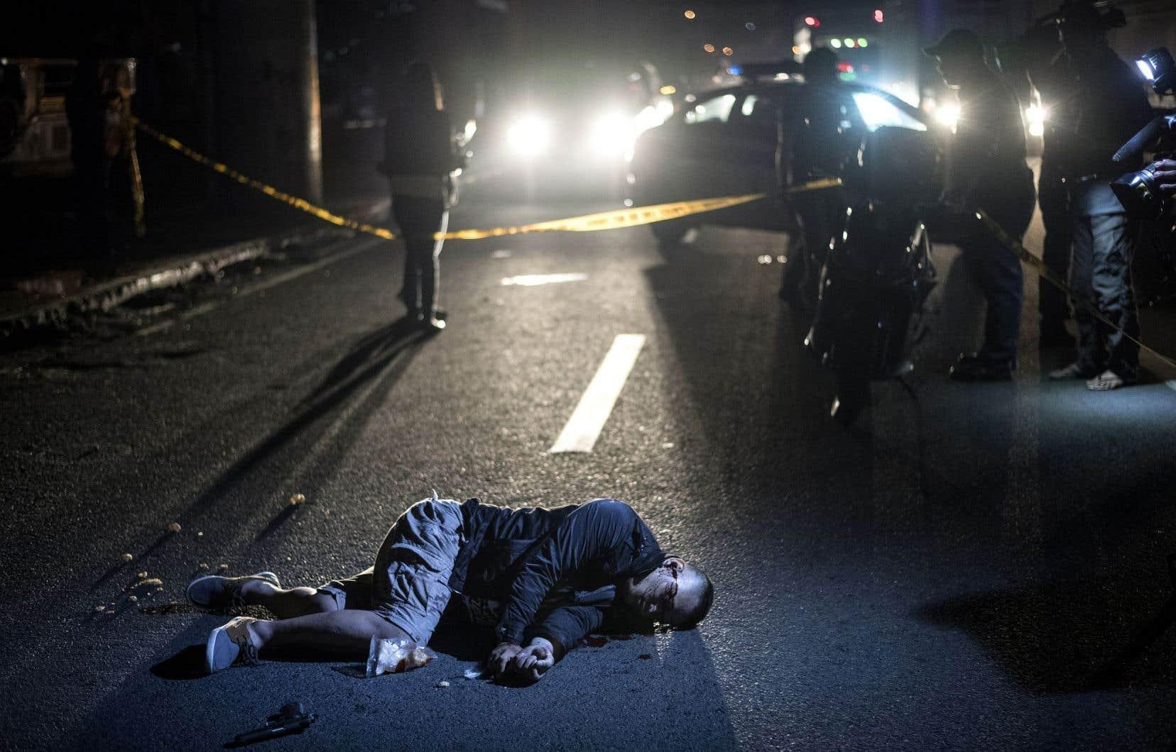 Le corps d'un présumé trafiquant de drogue jonche le sol suite à une opération anti-drogue de la police à Manille le 17 août 2017.