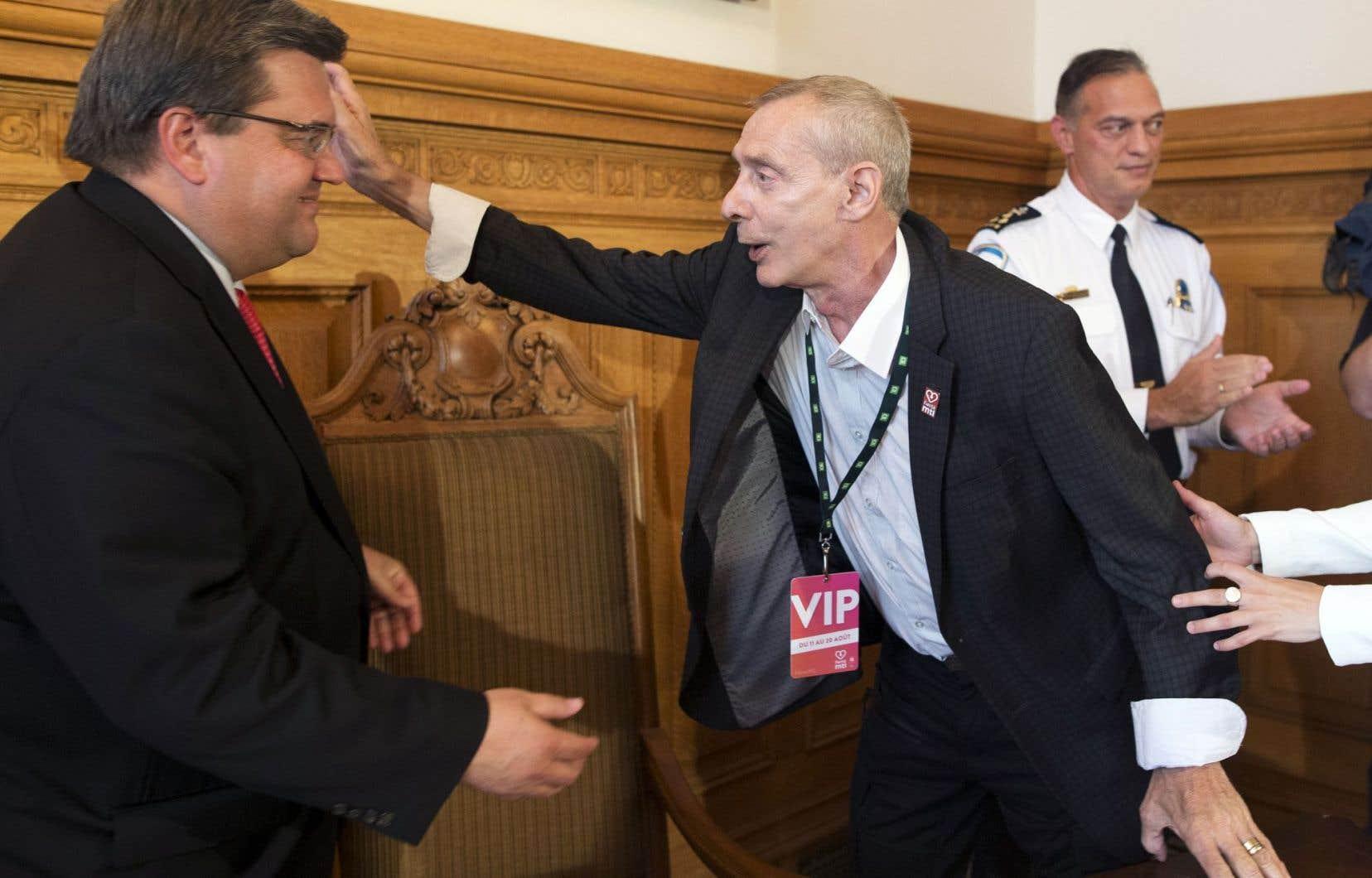 John Banks, instigateur de la première marche de la fierté à Montréal en 1979, s'entretient avec le maire Denis Coderre lors de l'allocution vendredi à l'hôtel de ville.