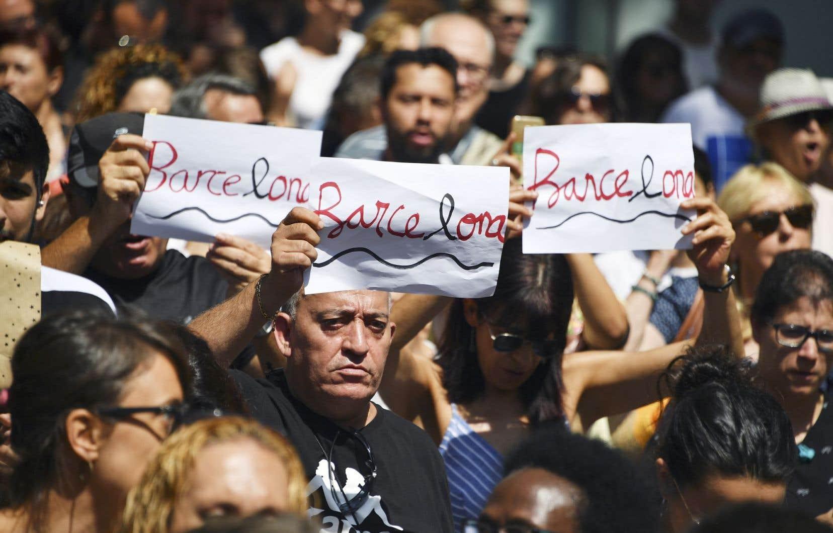 Des milliers de Barcelonais se sont réunis sur la place de Catalogne, sur le coup de midi vendredi, pour démontrer leur soutien aux familles des victimes et affirmer leur détermination à résister à la terreur.