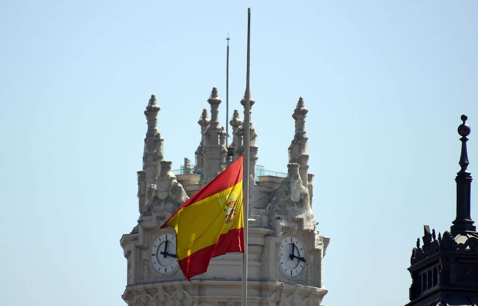 Le drapeau espagnol était en berne vendredi devant le palace Cibeles Palace à Madrid.