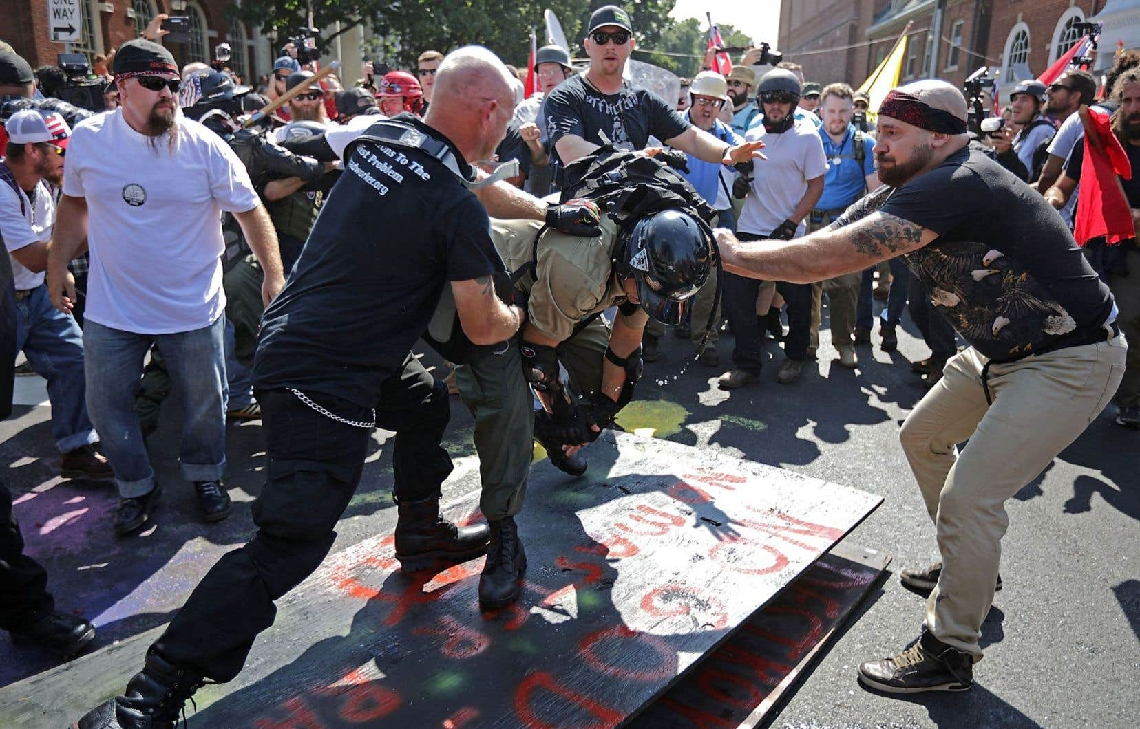Un affrontement entre nationalistes blancs, néonazis, le Ku Klux Klan, des membres de l'«alt-right», des manifestants antifascistes et la police lors du rassemblement Unite the Right cette semaine, près de l'Emancipation Park à Charlottesville, Virginie.
