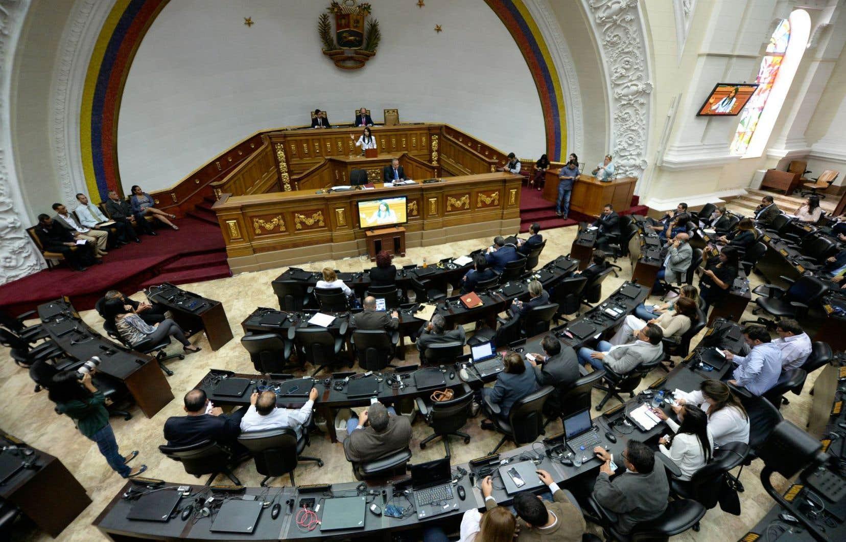 La Constituante, contestée et élue fin juillet dans le sang, s'est attribuée les pouvoirs.