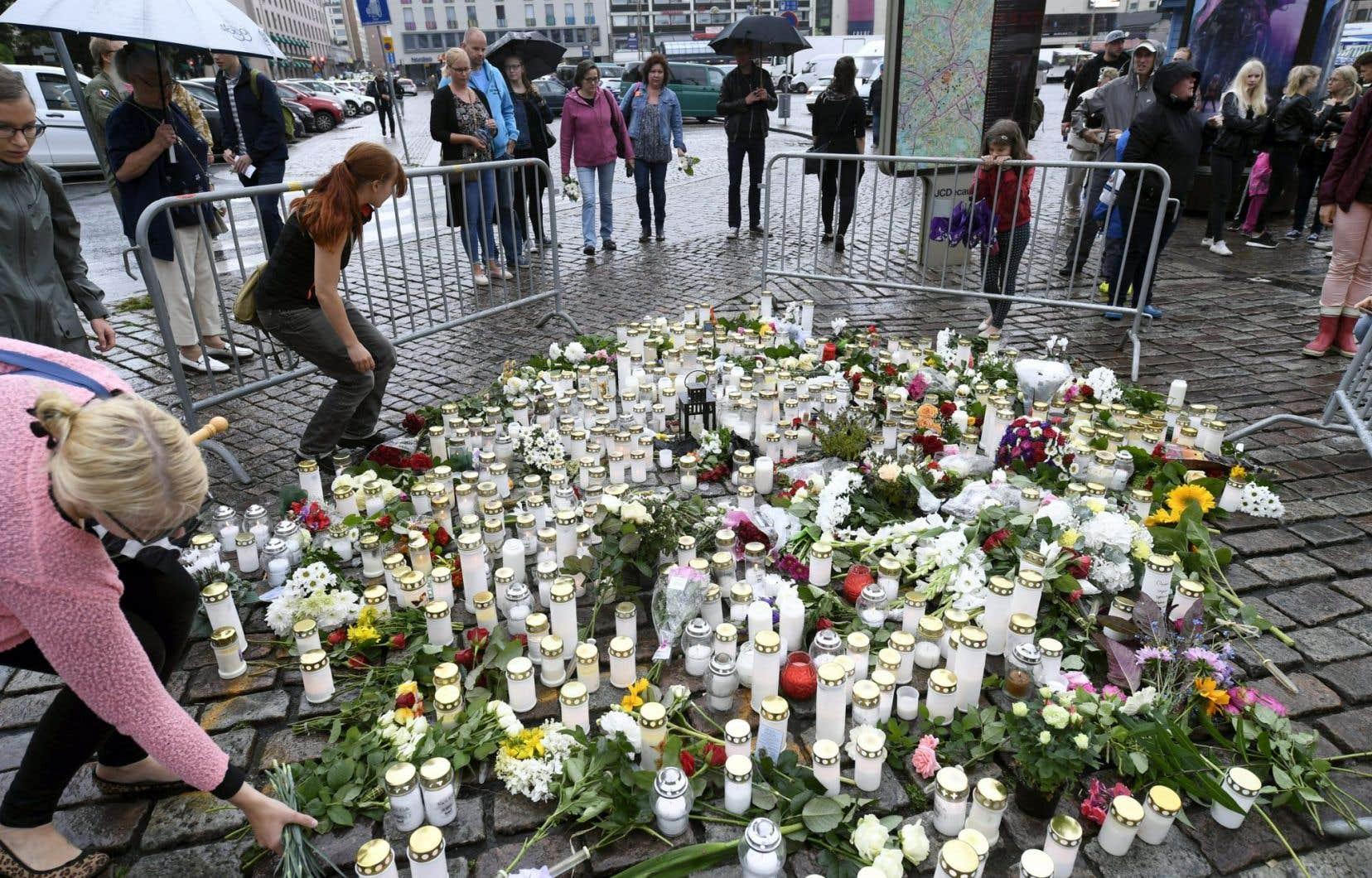 Les drapeaux étaient en berne samedi dans les villes finlandaises, en hommage aux victimes.