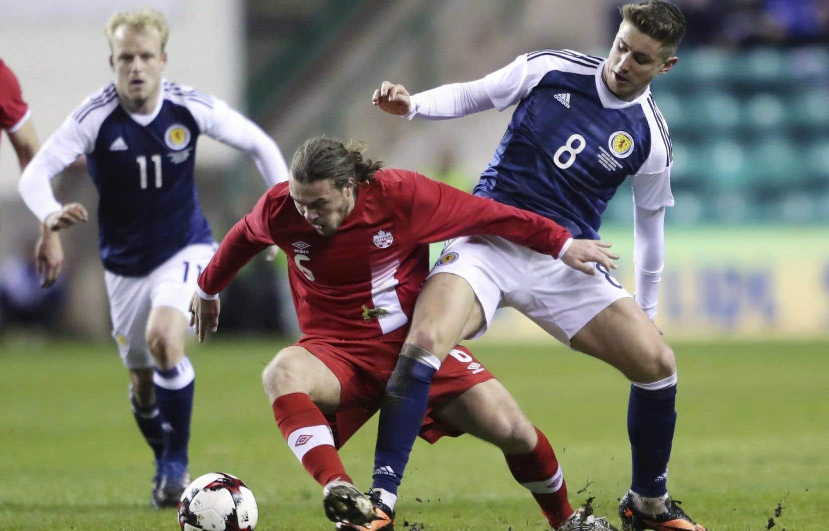 Samuel Piette s'efforce de garder la possession duballon lors d'un match de l'équipe canadienne contre l'équipe écossaise, en mars dernier.