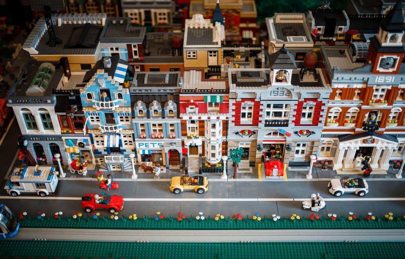 Luce Brault et Bernard Paquet ont reconstitué une ville entière en Lego. Tout y est: une station-service, une buanderie, une banque, une caserne de pompiers, des maisons et des personnages.