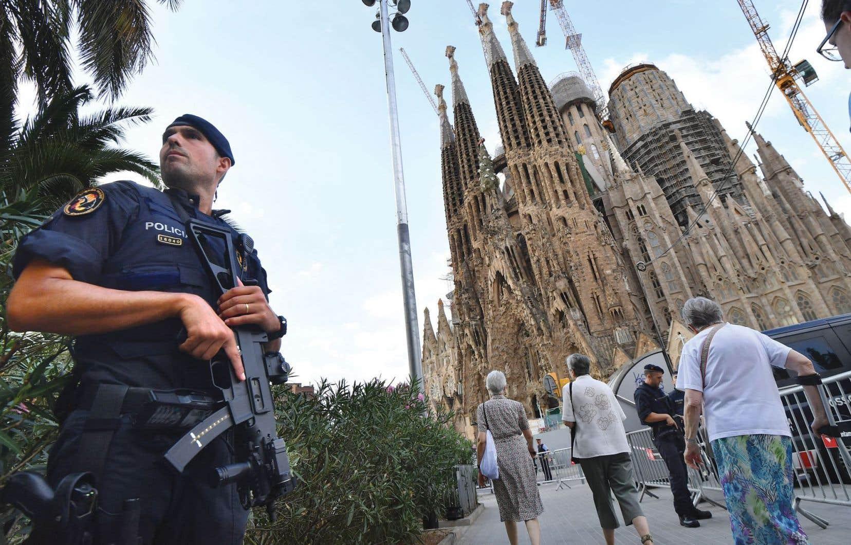 Près de 2000 personnes ont assisté à la «messe pour la paix et la concorde» organisée dans l'emblématique basilique de la Sagrada Familia à Barcelone, dimanche, sous haute surveillance policière.