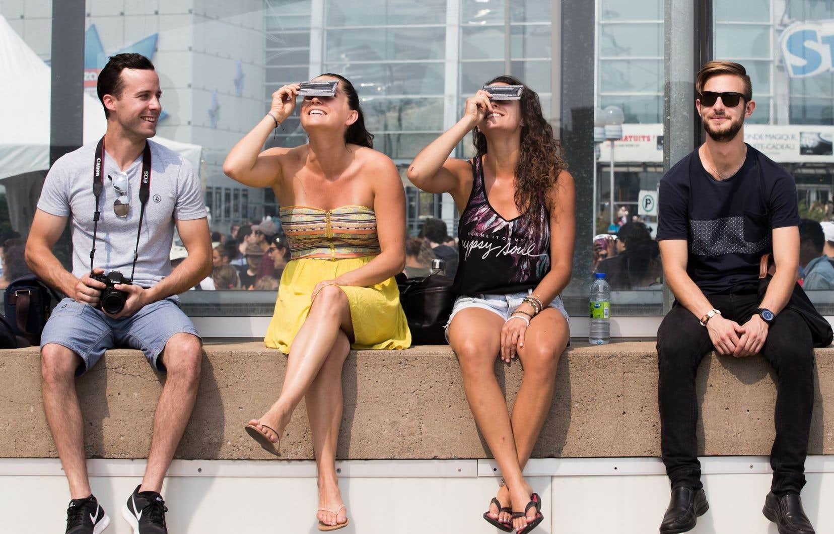 L'éclipse n'a été que partielle à Montréal, mais de nombreux curieux ont tout fait pour ne rien manquer du phénomène astronomique.