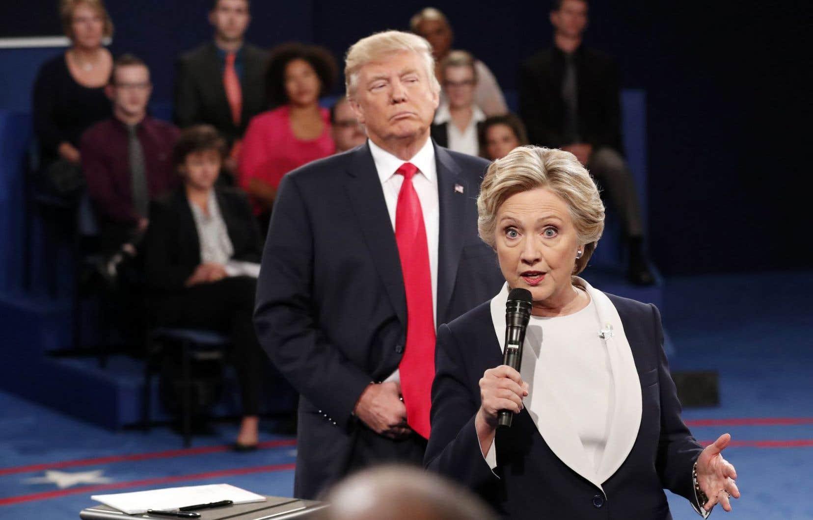 Hillary Clinton et Donald Trump lors du deuxième débat présidentiel à l'Université de Washington à Saint-Louis, le dimanche 9 octobre 2016