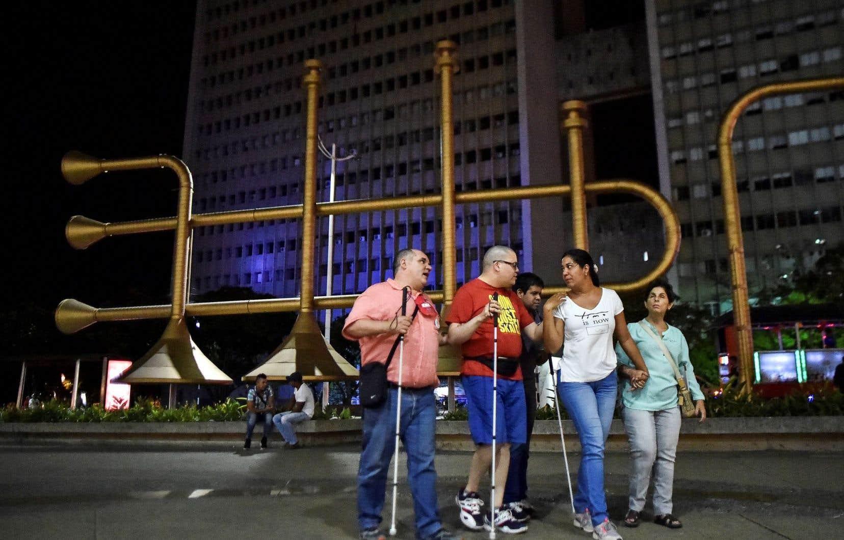 Des voyageurs participant au programme visitent la plazoleta Jairo Varela, au centre de Cali.