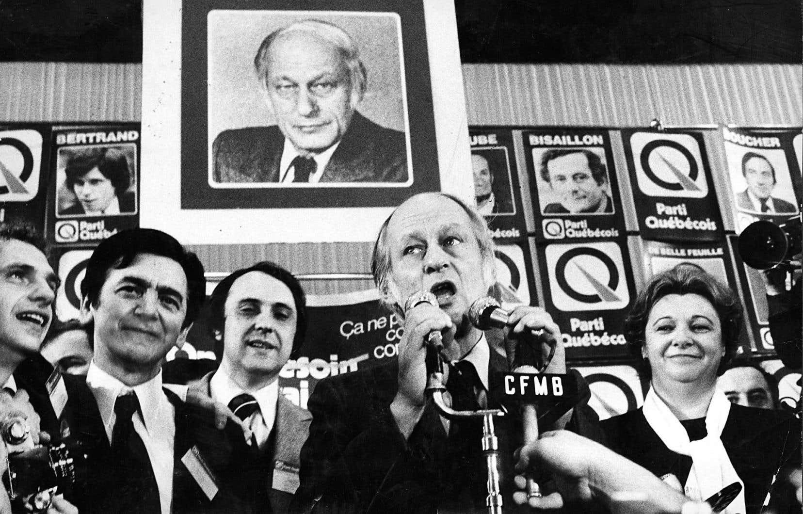 Le docteur Camille Laurin (ici en 1976, deuxième à partir de la gauche) s'est attardé, en 1983, à extraire «certains irritants» de la loi 101, une reprise du discours patronal… bien des années plus tard.