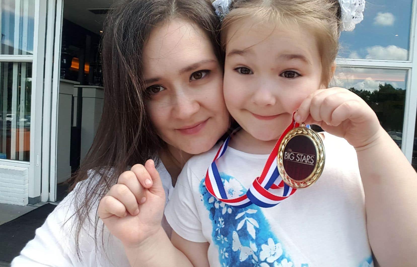 Bella Devyatkina aux côtés de sa mère Yulia