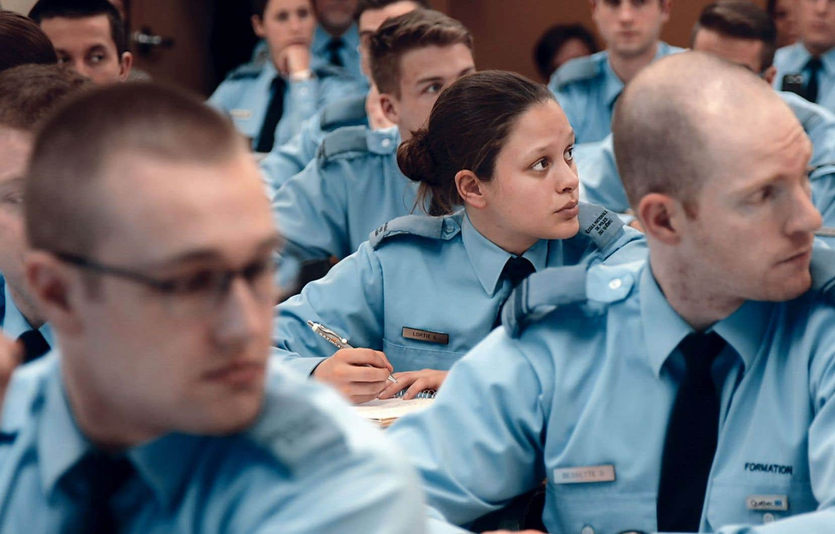 Les policiers doivent de plus en plus souvent intervenir auprès de personnes atteintes de problèmes de santé mentale. Une formation volontaire leur permet d'être un peu mieux outillés pour faire face à ces situations.