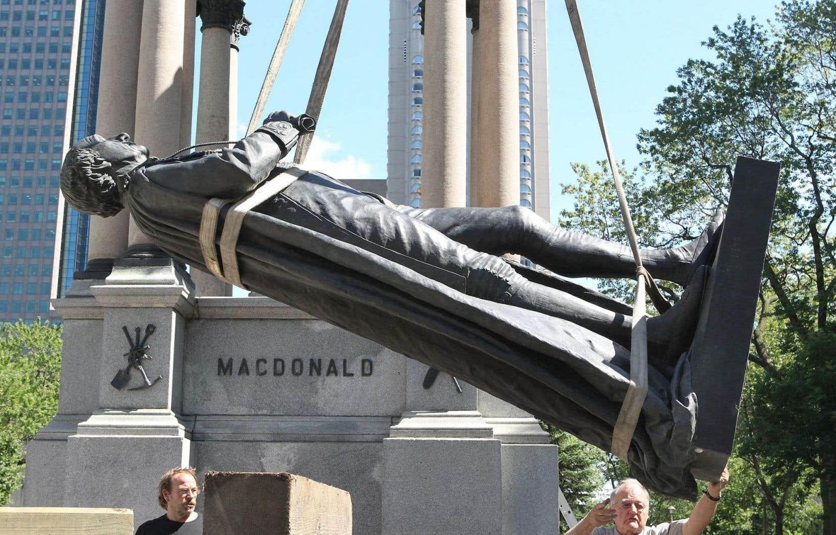 À Montréal, en 2010, la statue de John A. Macdonald avait été descendue de son socle, mais c'était alors pour effacer les outrages du temps et des vandales.
