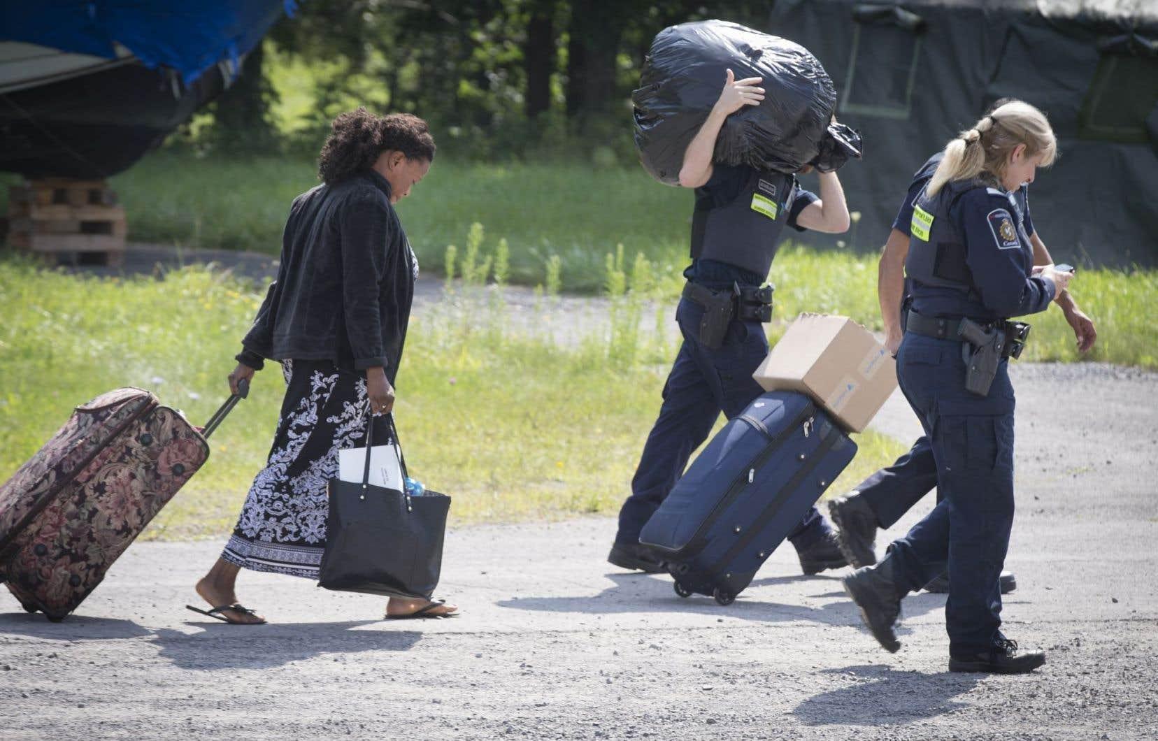 Arrivée de demandeurs d'asile au poste frontalier de Lacolle