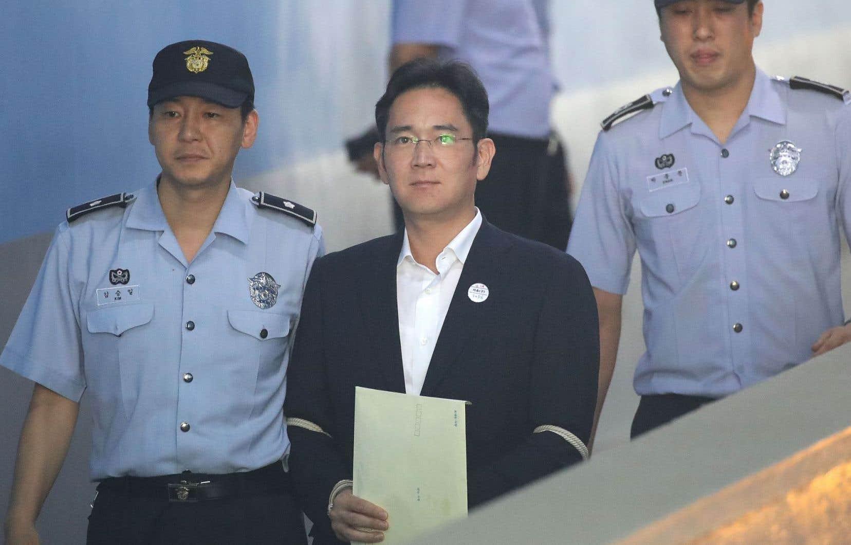 Lee Jae-yong, le vice-président de Samsung Electronics, a été reconnu coupable decorruption et parjure vendredi.