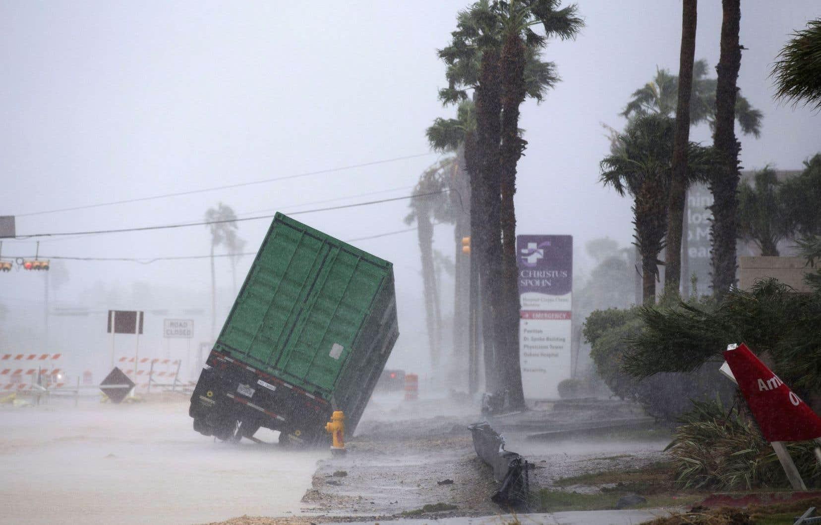 Un générateur électrique installé devant l'hôpital Christus Spohn, à Corpus Christi, bascule alors que l'ouragan «Harvey» est passé à la catégorie 4, vendredi soir au Texas.