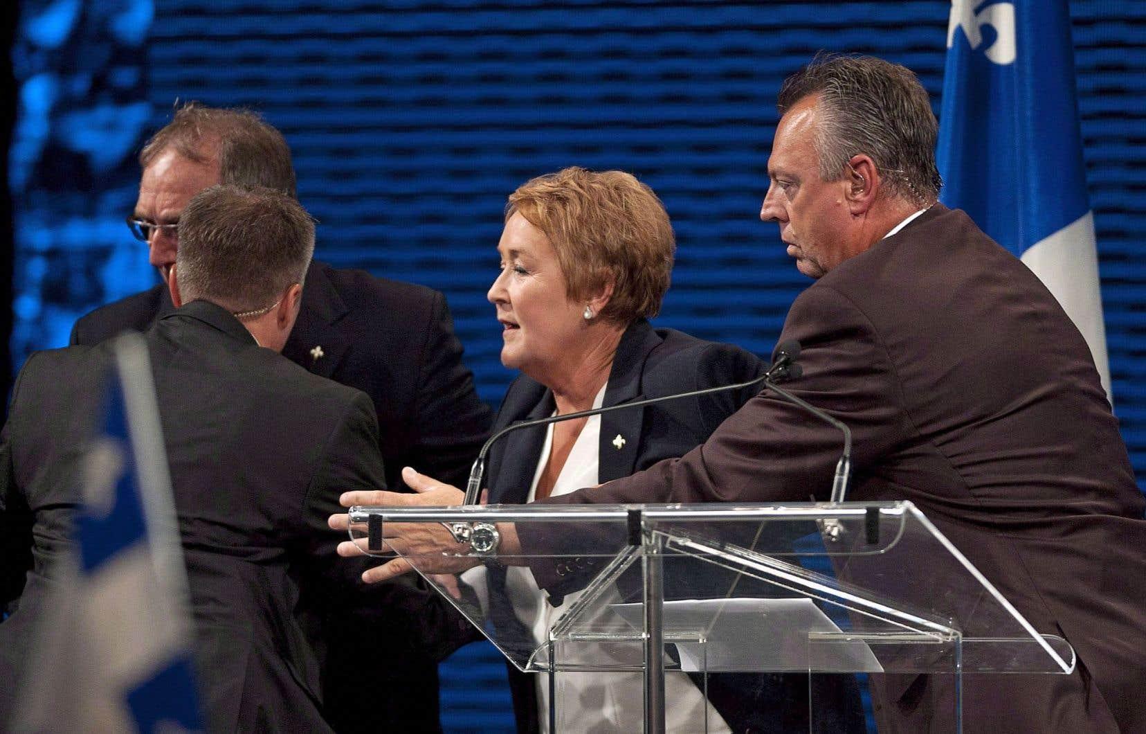 Pauline Marois a été évacuée par ses gardes du corps après que des coups de feu eurent été tirés par Richard Bain à l'extérieur du Métropolis, le soir des élections générales du 5 septembre 2012.
