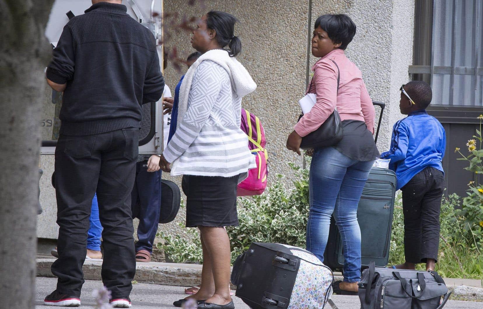 Après avoir reçu l'équivalent d'un mois d'aide financière, les demandeurs d'asile sont invités par le gouvernement à quitter les sites d'hébergement et à se trouver un logement.