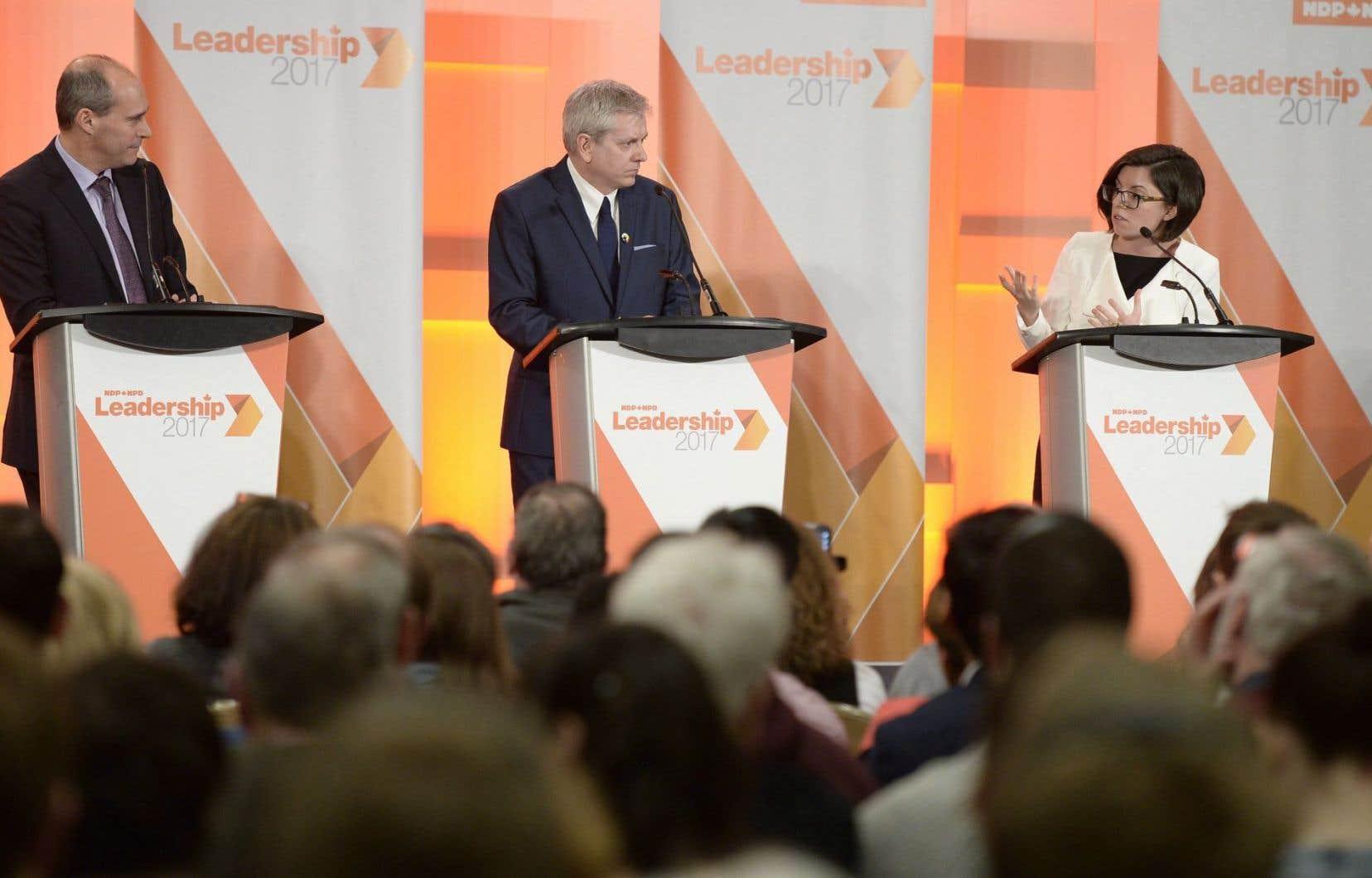 Le député québécois et candidat à la direction du Nouveau Parti démocratique Guy Caron avec ses adversaires Charlie Angus et Niki Ashton à ses côtés