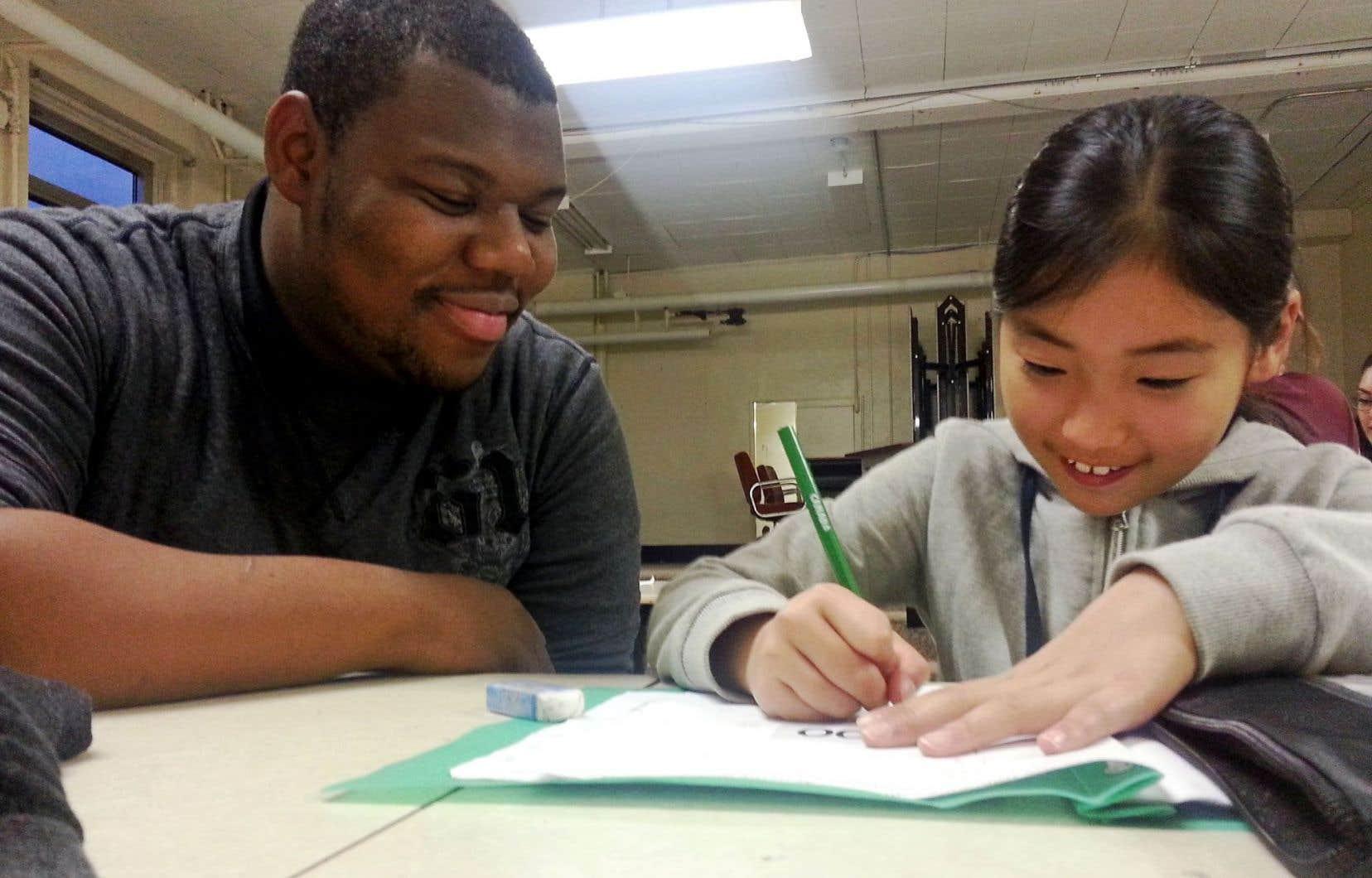 Le programme de tutorat du collège Frontière forme chaque année environ 2500 étudiants qui aident entre 20 000 et 25 000 personnes.