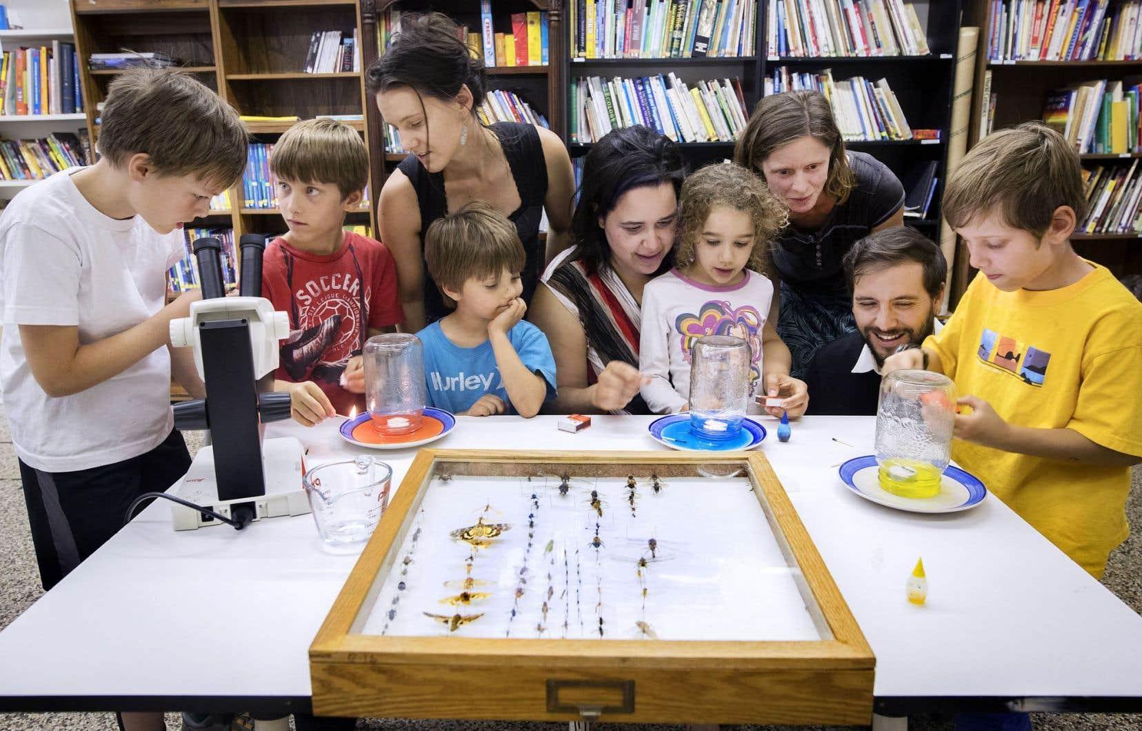 Des familles membres de l'Association québécoise pour l'éducation à domicile étaient réunies hier pour faire des activités de socialisation. Ici, elles réalisent un projet de sciences naturelles.