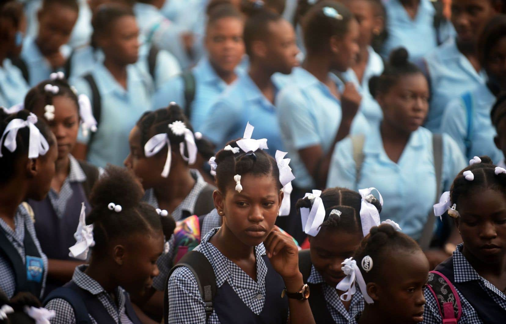 Des écolières se préparent pour leur premier jour d'école au lycée pour filles du Cent-Cinquantenaire, à Port-au-Prince, le 4 septembre 2017.