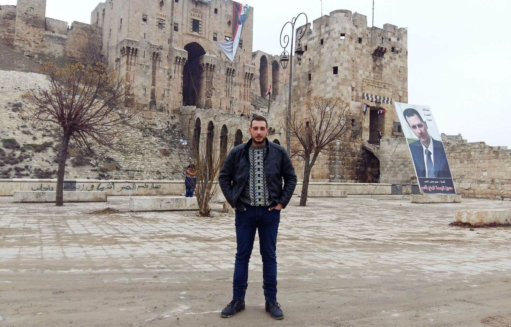 Mon cousin Gio devant la citadelle d'Alep, où ont été installés des portraits géants flambant neufs du président syrien Bachar al-Assad.