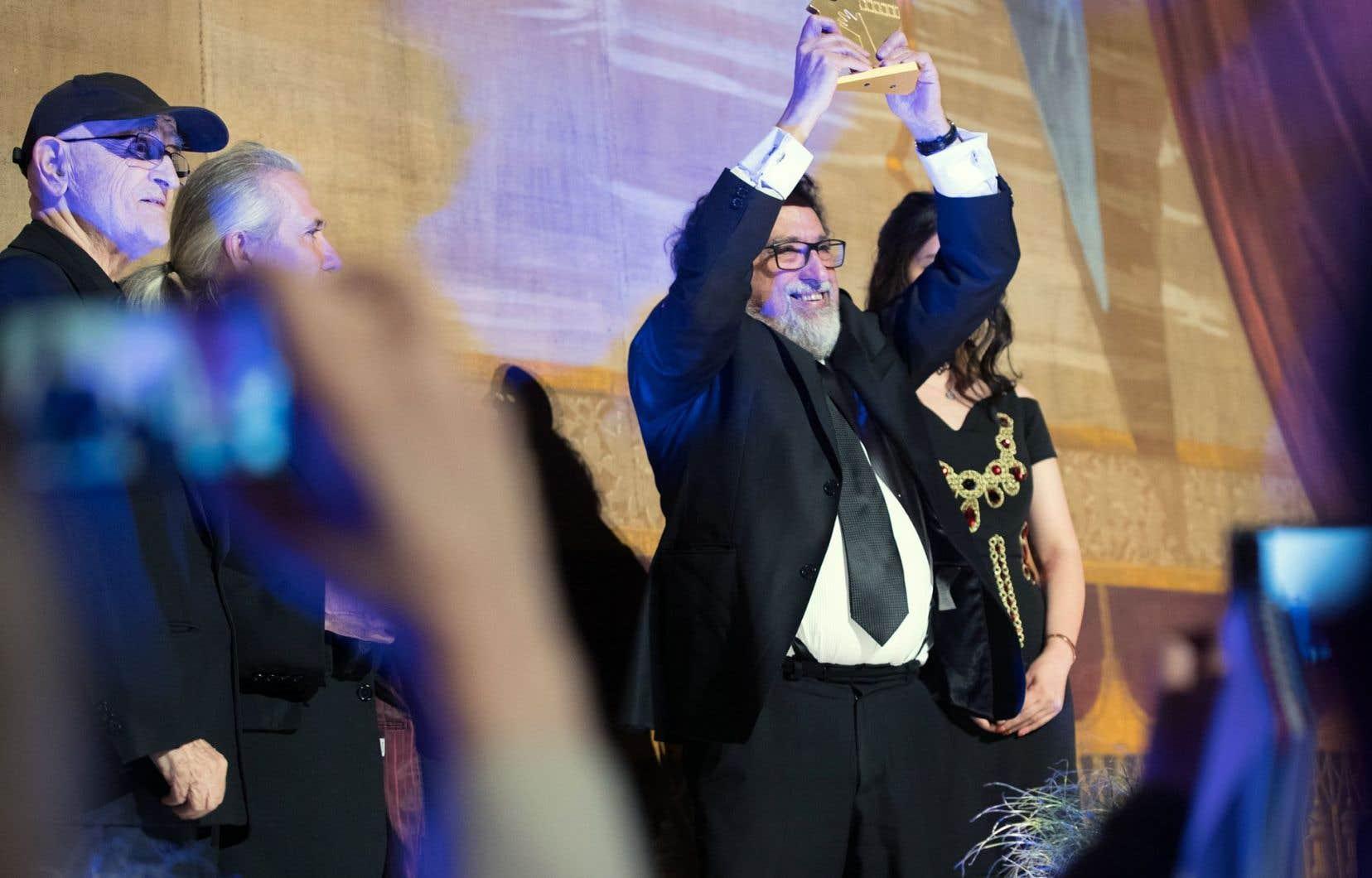 Serge Losique et Roger Cantin ont remis au cinéaste chilien Silvio Caiozzi le Grand prix des Amériques.