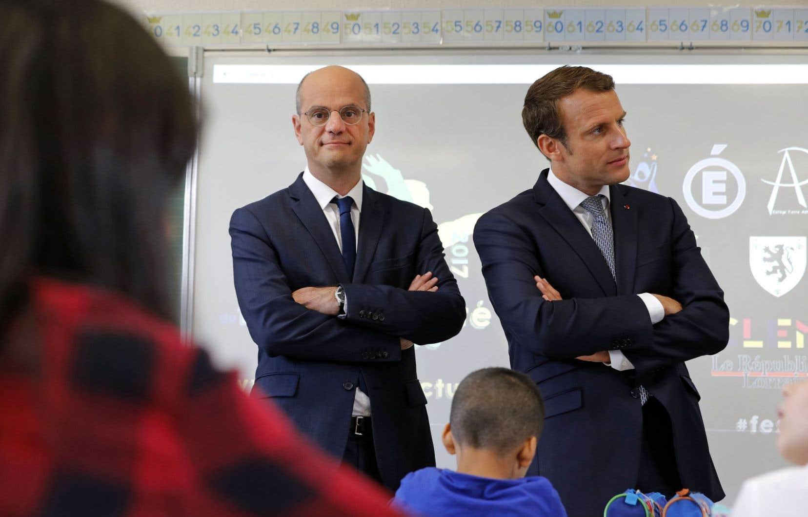 Jean-Michel Blanquer et Emmanuel Macron ont visité lundi une école de Forbach, dans l'est de la France.