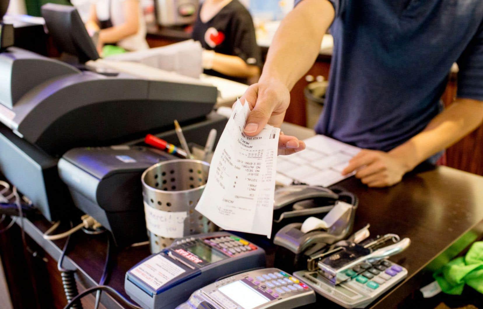 «Même confrontés à une augmentation potentielle des taux d'intérêt, les consommateurs de partout au pays continuent d'emprunter et de dépenser dans une certaine mesure», a affirmé la directrice principale des Données et analyses à Equifax Canada, Regina Malina.