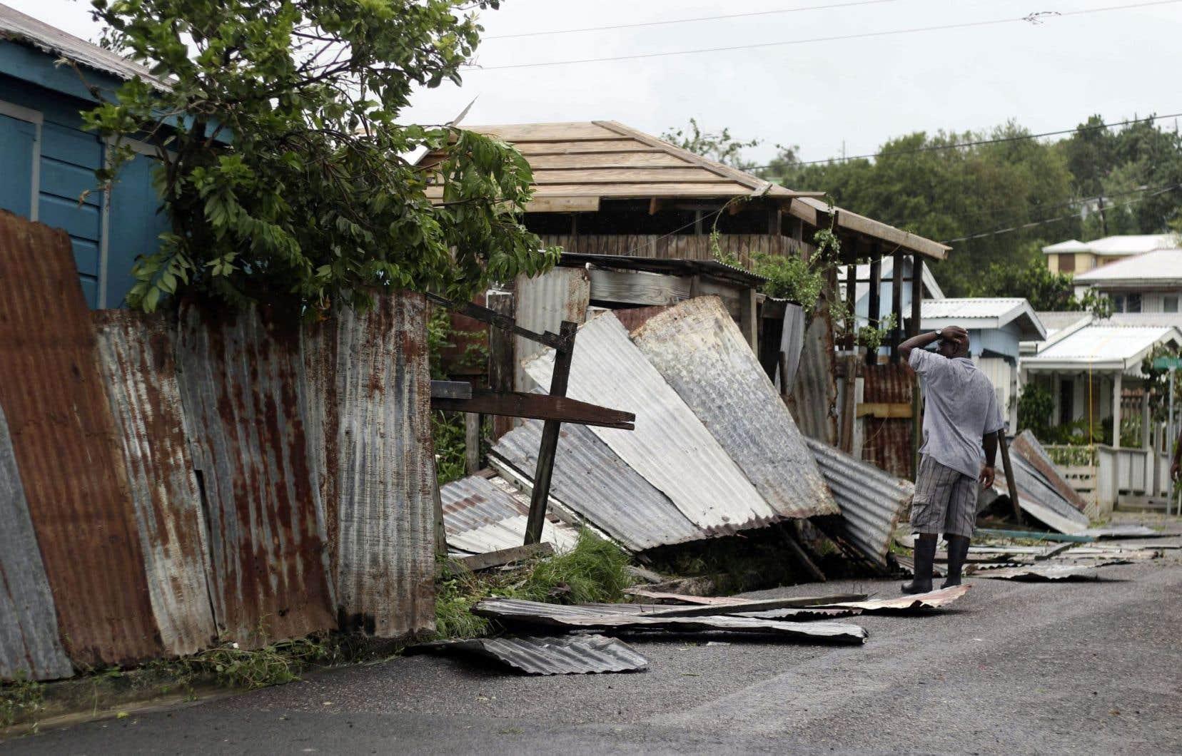 Un homme constatant les dégâts sur sa propriété à St. John's, à Antigua-et-Barbuda, après le passage d'<em>Irma</em>, mercredi