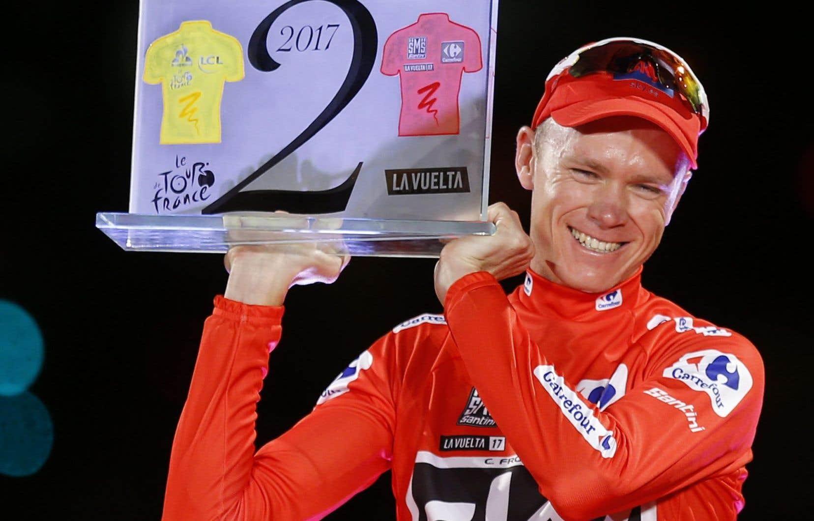 Le britannique Chris Froome célèbre sur le podium après avoir remporté la Vuelta.