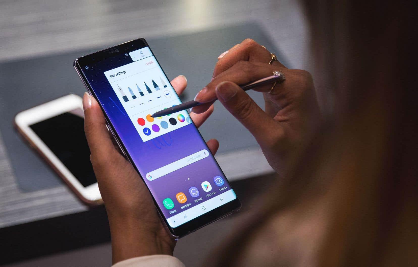 Une femme teste un nouveau modèle de téléphone intelligent, lors du lancement de celui-ci à New York.