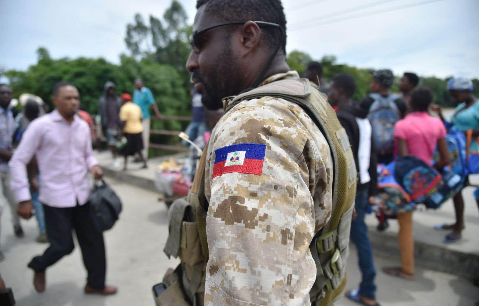 Les habitants d'Haïti rapportent des pénuries d'eau, de nourriture et de médicaments, et plusieurs dénoncent des actes de pillage.