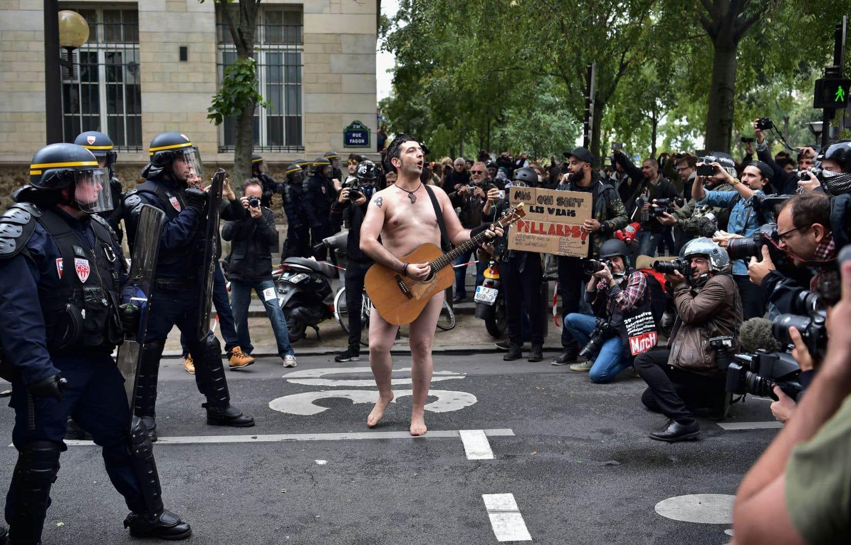 Un homme nu a joué de la guitare lors du défilé parisien, mardi, qui a ailleurs été stoppé à plusieurs reprises par des heurts.