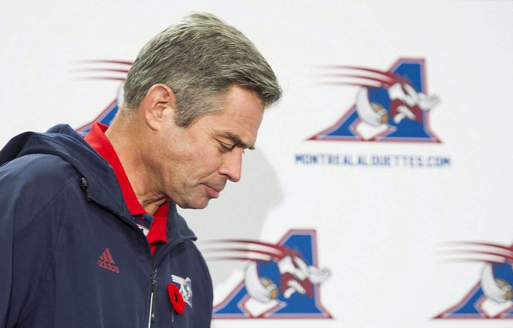 L'entraîneur-chef des Alouettes, Jacques Chapdelaine, a bien du mal à expliquer les raisons de son congédiement.