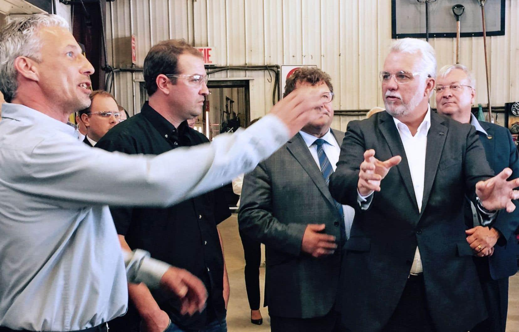 Le premier ministre visitait des installations de Technologie Élément PSW à Val-d'Or mercredi après-midi.