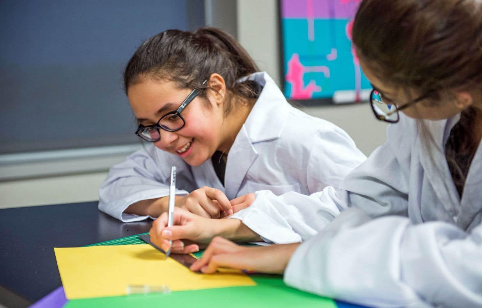 Deux élèves participent à un atelier de prototypage et de création d'un logo d'entreprise éphémère.