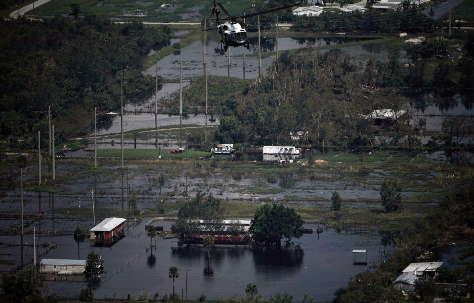 L'hélicoptère du président américain Donald Trump survole des zones inondées, non loin deFort Myers.