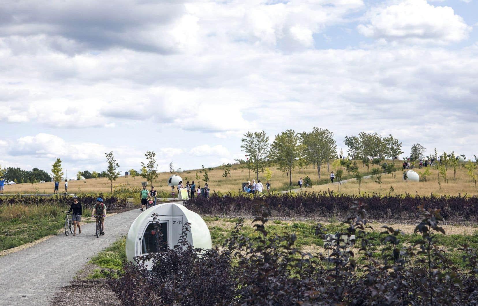 Les sphères dispersées sur le site du parc Frédéric-Back servent à protéger les puits de captation des biogaz qu'émettent les déchets enfouis.