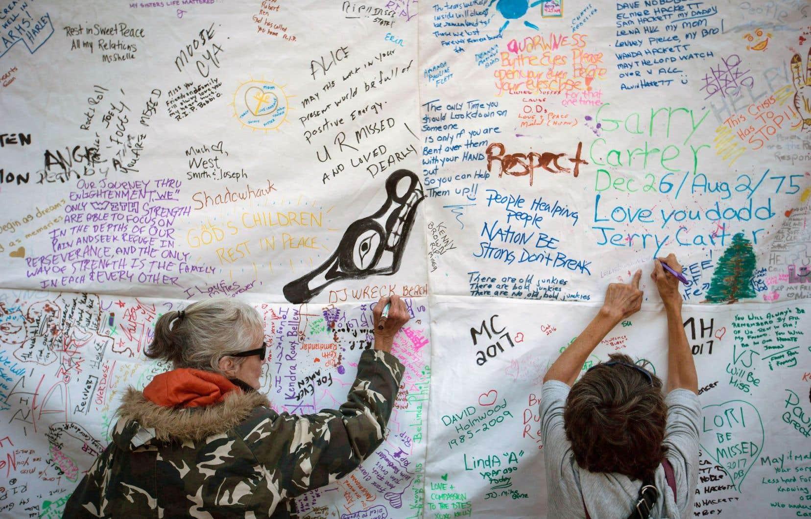 Des femmes rendent hommage aux gens qui sont morts d'une surdose, à Vancouver, le 31 août.