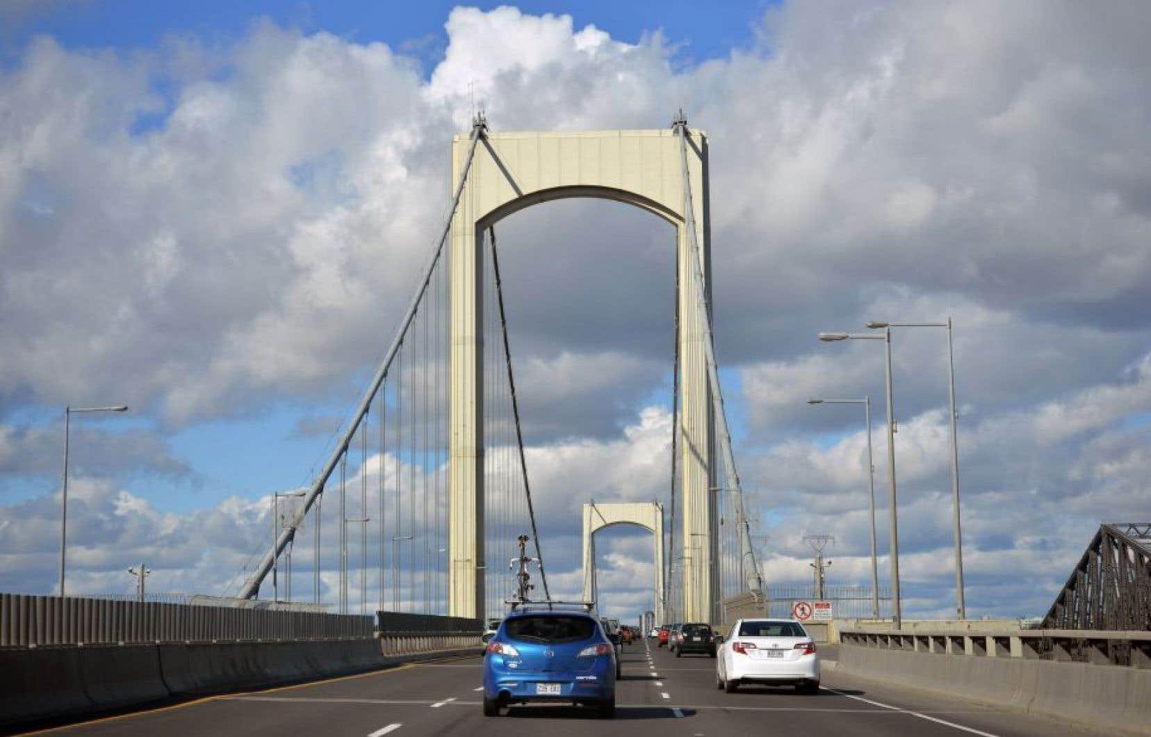 La Ville de Québec suggère au bureau chargé d'étudier le projet de 3e lien de se pencher sur la possibilité d'inverser des voies de circulation aux heures de pointe sur le pont Pierre-Laporte.<br />