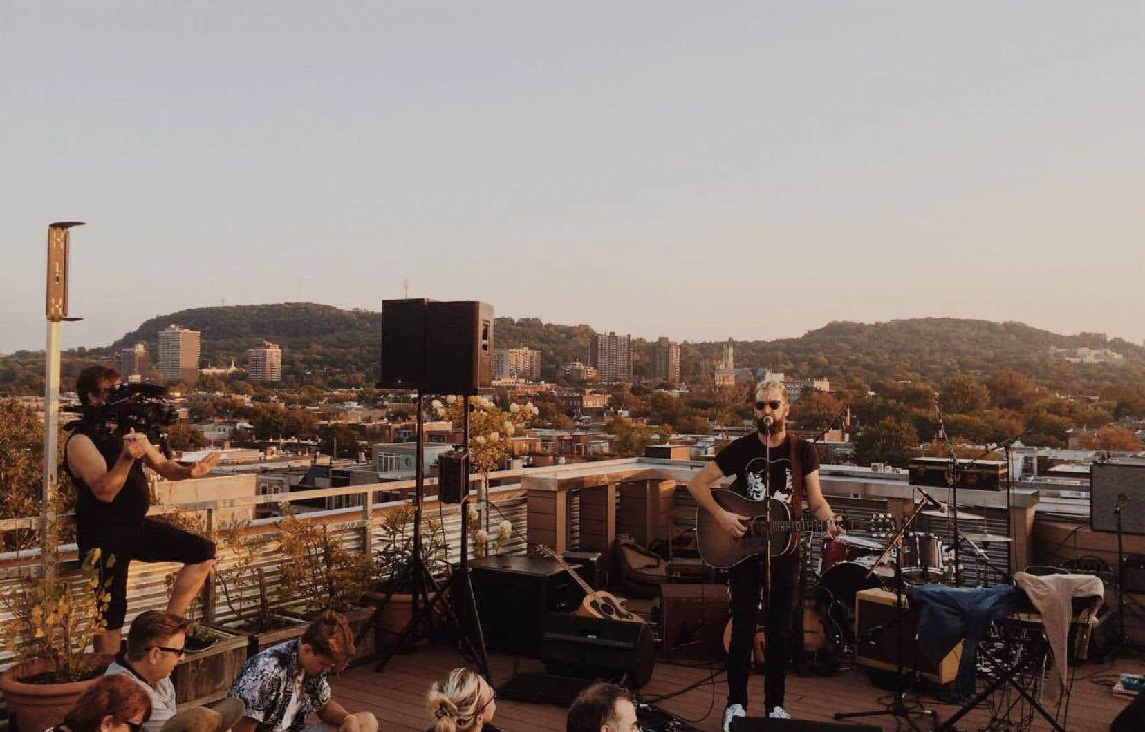 Jason Bajada en spectaclesur le toit d'Ubisoft, le samedi 16 septembre.
