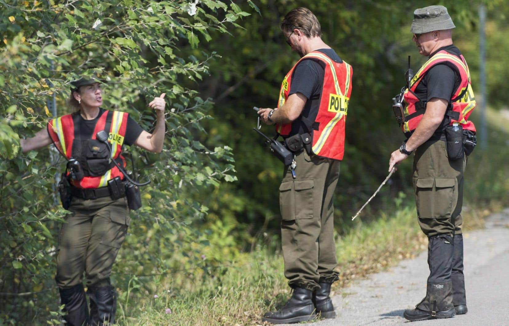 Les policiers ont élargi les recherches sur un immense territoire.