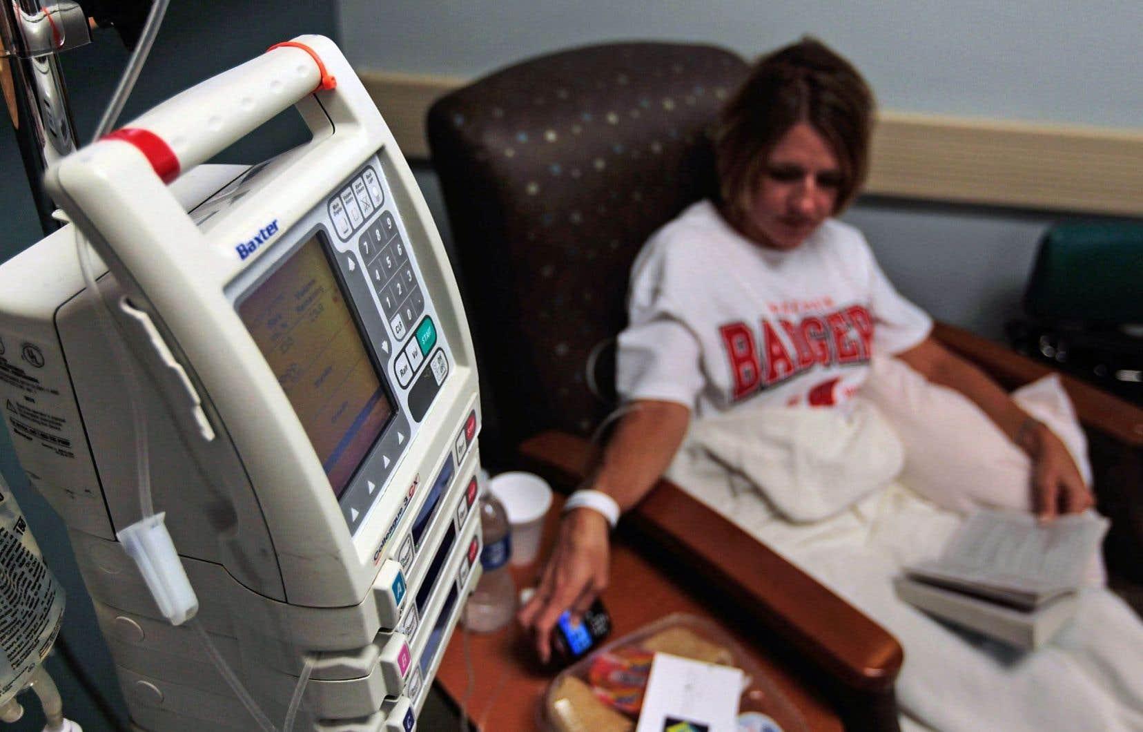 La chimiothérapie s'avère le traitement le plus efficace pour lutter contre un cancer. Refuser un traitement médical ou tout simplement le retarder et préférer avoir recours aux médecines douces est un choix dangereux qui laisse la voie libre au développement du cancer.
