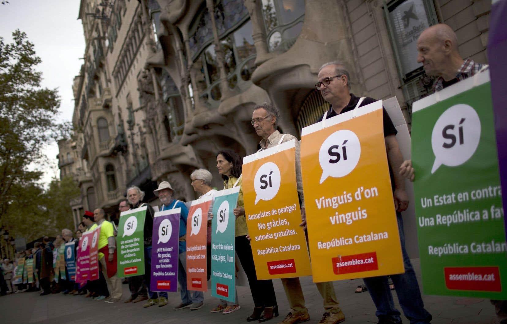 Des partisans de l'indépendance catalane ont manifesté à Barcelone, dimanche, brandissant des pancartes appelant à voter «oui» au référendum.