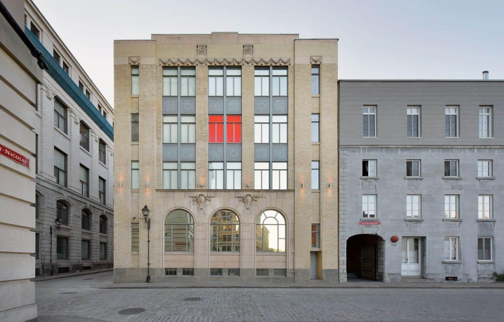 Abritée dans deux bâtiments patrimoniaux situés au cœur du Vieux-Montréal, DHC/ART se consacre à la présentation de l'art contemporain.