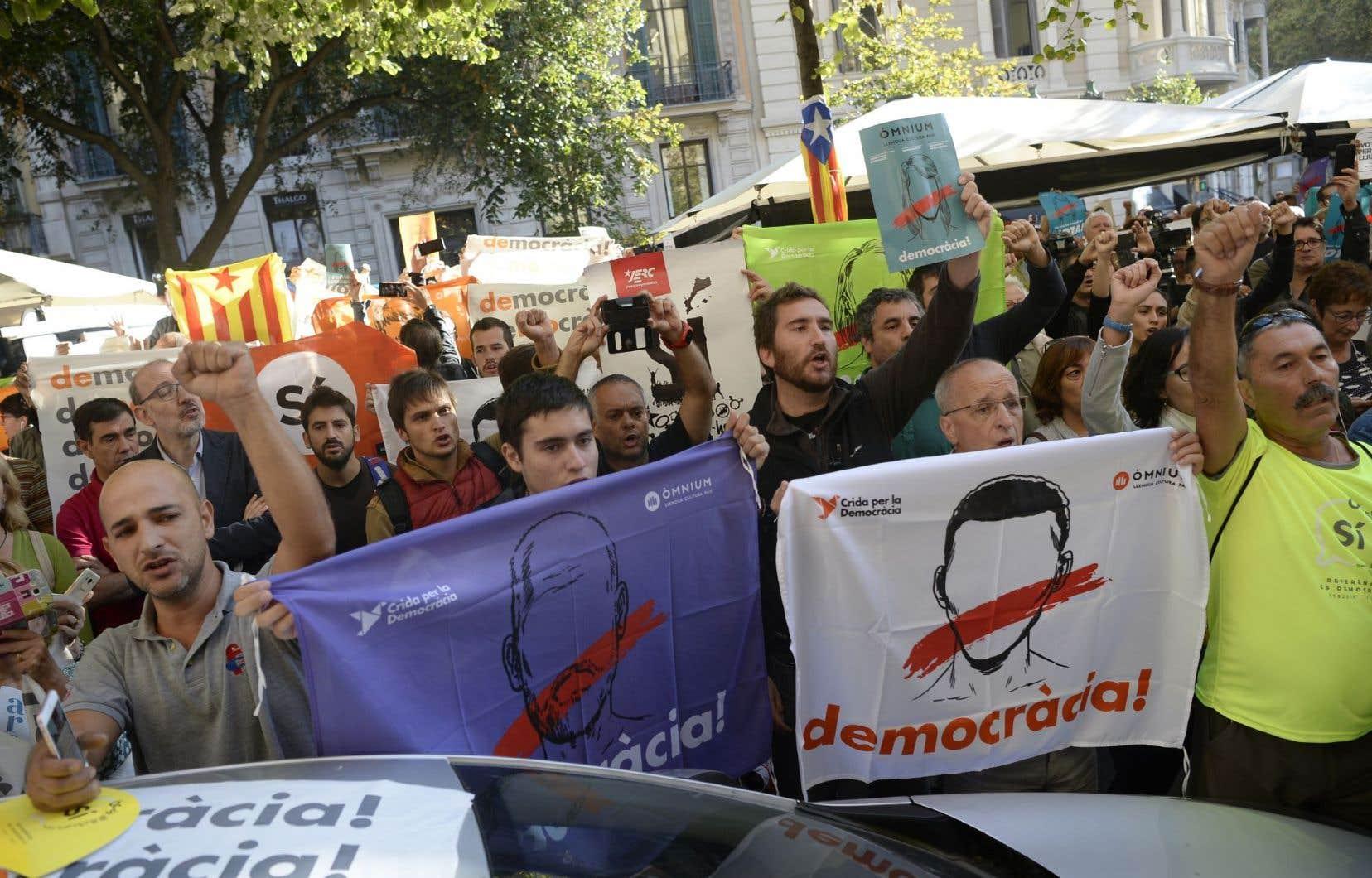 S'il appartient au peuple catalan de décider seul et en toute liberté de son avenir politique, nous devons être plusieurs à lui exprimer notre solidarité et à nous porter à la défense de la démocratie, estiment les auteurs.